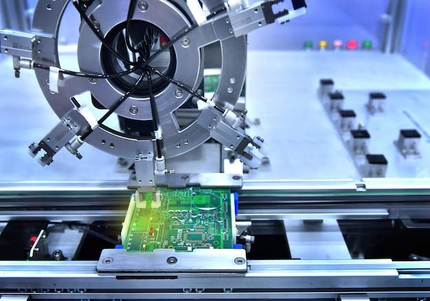 Технологический процесс пайки и сборки компонентов чипа на печатной плате. автоматическая паяльная машина внутри на промышленных