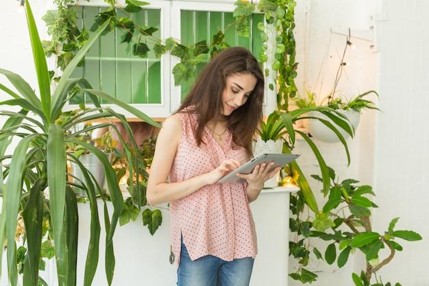 テクノロジー、自然、人々の概念-若い女性がラップトップで不正行為をしている、またはインターネットをサーフィンしている