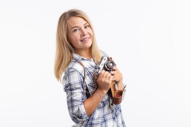 기술, 사진 촬영 및 사람들이 개념-흰색 표면 위에 레트로 카메라로 금발의 젊은 여자.
