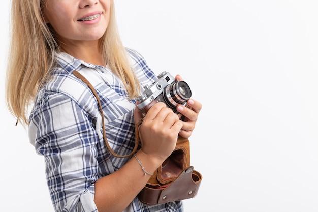 Технологии, фотографирование и люди концепции - блондинка молодая женщина с ретро камерой, улыбаясь над белой поверхностью