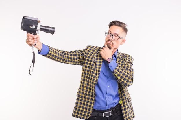 Технологии, фотографирование и люди концепции - портрет забавного молодого брюнет, делающего селфи