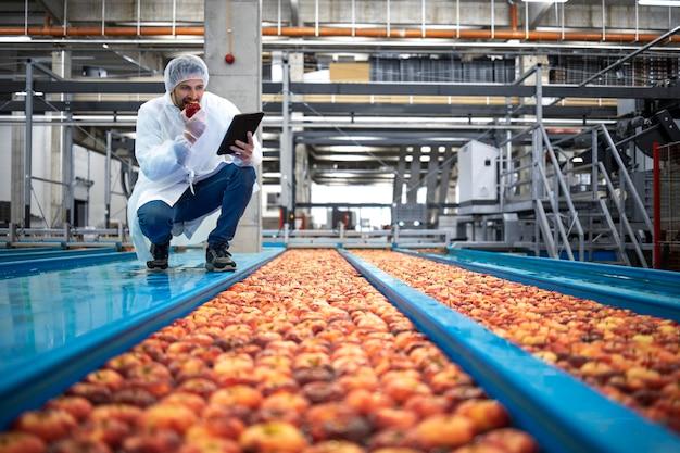 사과 과일 단맛과 품질을 확인하는 식품 가공 공장의 기술자.