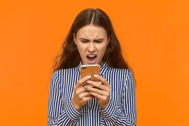 Tecnologia, comunicazione, espressioni facciali umane negative e reazione.