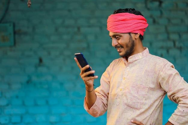 기술 개념: 스마트폰을 사용하는 인도 농부