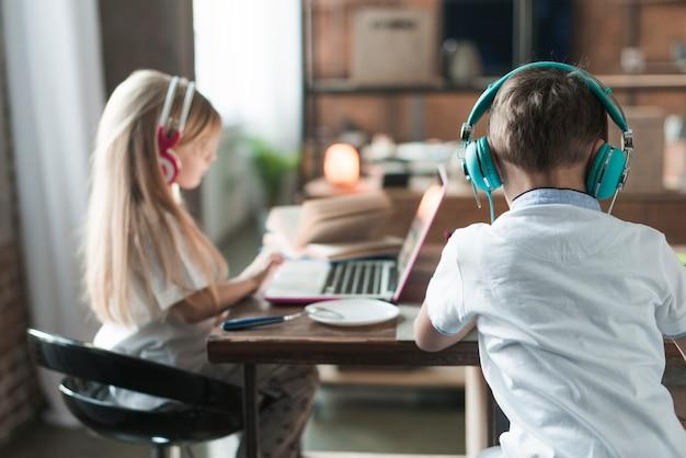 Concetto di tecnologia con i bambini al tavolo
