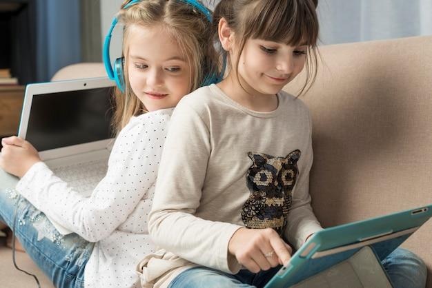 Концепция технологии с молодыми девушками