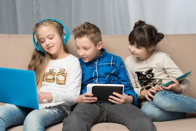 Концепция технологии с маленькими детьми