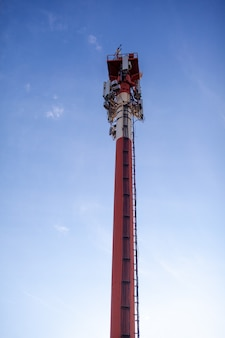 Технологии на вершине телекоммуникационной вышки gsm 5g, 4g, 3g. антенны сотовой связи на крыше здания. телекоммуникационные мачтовые телевизионные антенны. приемные и передающие станции.