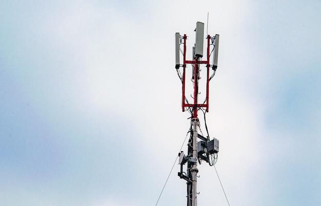 통신 gsm 5g 타워의 상단에있는 기술. 건물 지붕에 휴대 전화 안테나.