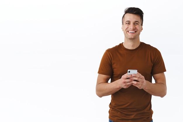 기술, 온라인 라이프 스타일 및 사람 개념입니다. 갈색 t-셔츠에 잘생긴 카리스마 성인 남자