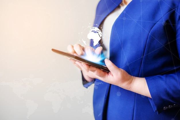Концепция сети глобальной связи людей технологии. деловые женщины с ноутбуком и виртуальной землей размытый фон