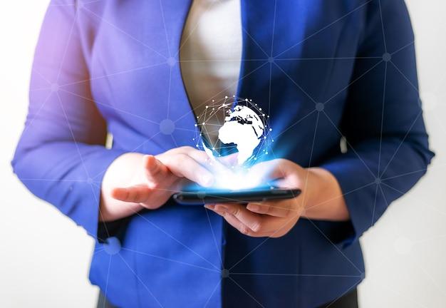 Концепция глобальной сети связи технологических людей, деловые женщины с ноутбуком и виртуальной землей размытый фон