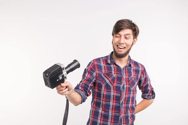 テクノロジー、写真、人々のコンセプト-白い背景の上に自分撮りをしている格子縞のシャツの面白い男。
