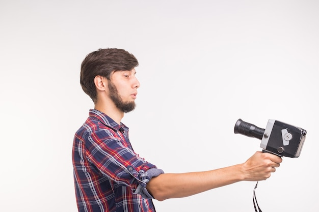 Концепция технологий, фотографии и людей - забавный человек в клетчатой рубашке, делающий селфи на белой поверхности