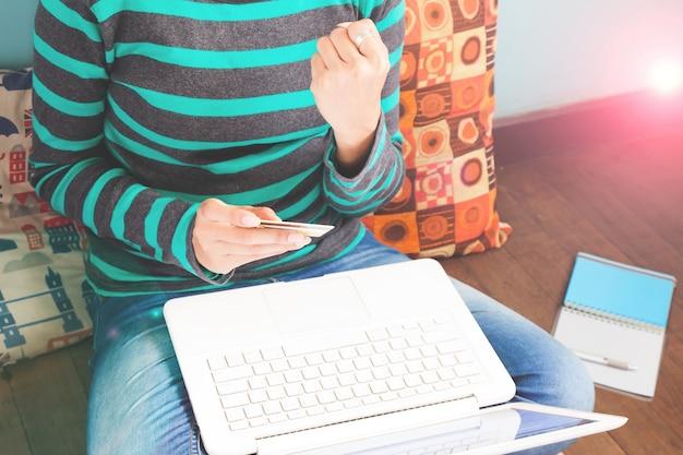 기술, 쇼핑, 금융, 가정 및 라이프 스타일 개념-집에서 노트북 컴퓨터와 여성의 닫습니다