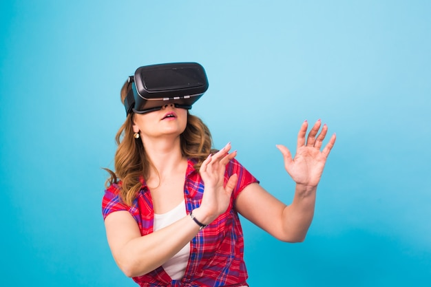 기술, 가상 현실, 엔터테인먼트 및 사람 개념 - 가상 현실 헤드셋을 갖춘 행복한 젊은 여성.