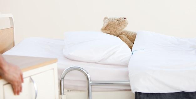 Только плюшевый медведь на больничной койке