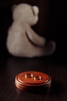 子供の保護とリングのクローズアップのシンボルとしてのテディベア