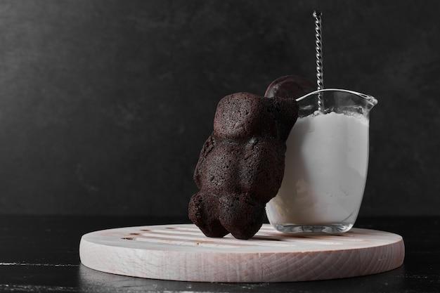 Biscotto dell'orsacchiotto con una tazza di latte.