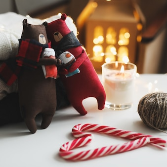 테디 베어 양초 니트 스웨터 막대 사탕과 크리스마스 장식 아늑한 홈 휘게 스타일