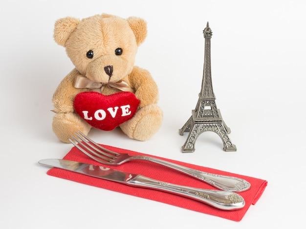 Плюшевый мишка, эйфелева башня и столовые приборы на день святого валентина