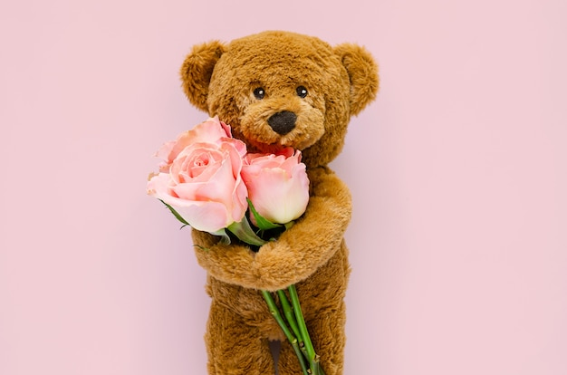 Мишка с розовыми розами