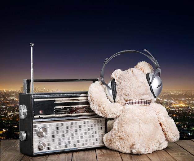 헤드폰과 라디오에 테디 베어