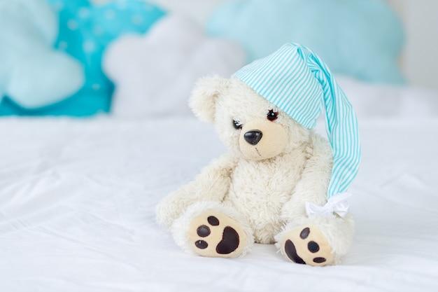 寝床のテディベア、子供部屋のインテリア、子供のおもちゃのコンセプト