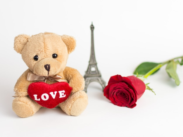 Плюшевый мишка, роза и эйфелева башня на день святого валентина