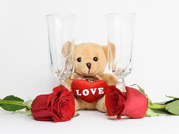 Мишка, розы и бокалы на день святого валентина