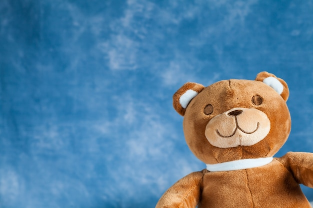 Copyspace와 푸른 하늘 배경에 테디 베어 장난감