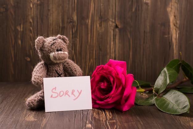 美しいピンクのバラとテディベア。 Premium写真