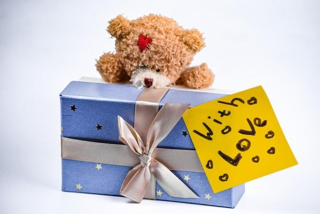 Плюшевый мишка с подарочной коробкой