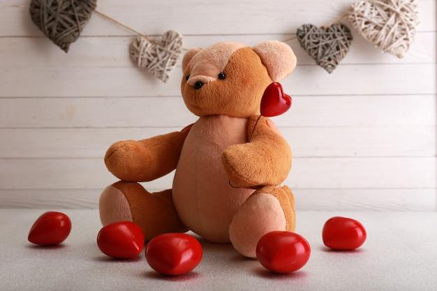 Плюшевый мишка с сердечками, концепция любви