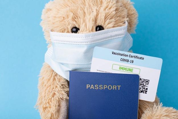 예방 접종 증명서와 여권을 가진 테디 베어