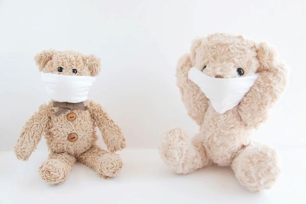 テディベアはコロナウイルスやインフルエンザの発生を防ぐために衛生マスクを着用しています。ウイルスと病気からの保護。