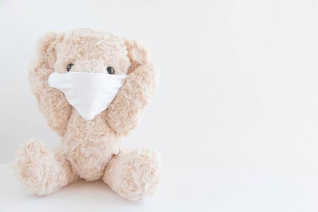 テディベアはコロナウイルスやインフルエンザの発生を防ぐために衛生マスクを着用しています。