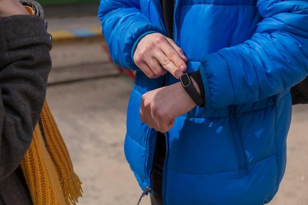 思春期の間に明るい服を着て散歩の関係の概念の十代の少年と十代の少女