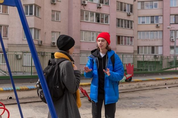 Мальчик-подросток и девушка-подросток на прогулке в яркой одежде. концепция отношений в период полового созревания