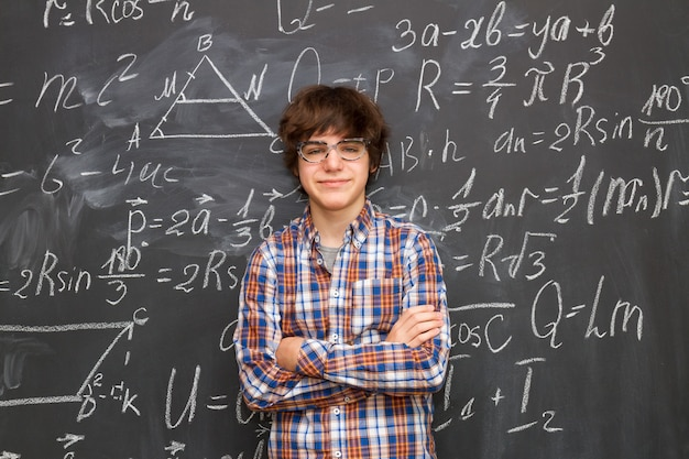 안경 십 대 소년, 칠판 가득 수학 공식