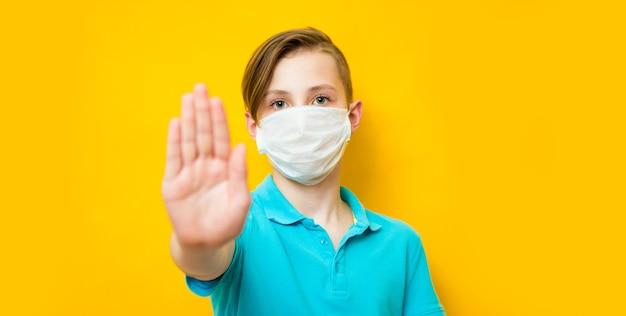 Мальчик-подросток в медицинской защитной маске от коронавируса