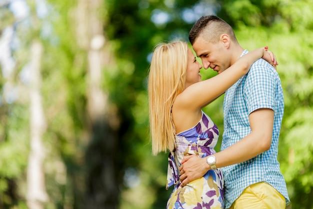 公園で十代のカップル