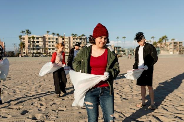 Эко-активисты-подростки, волонтеры, собирающие мусор