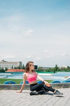 Подростковая физическая активность фитнеса для подростков молодая спортивная девушка, имеющая тренировку, бегущую, делает