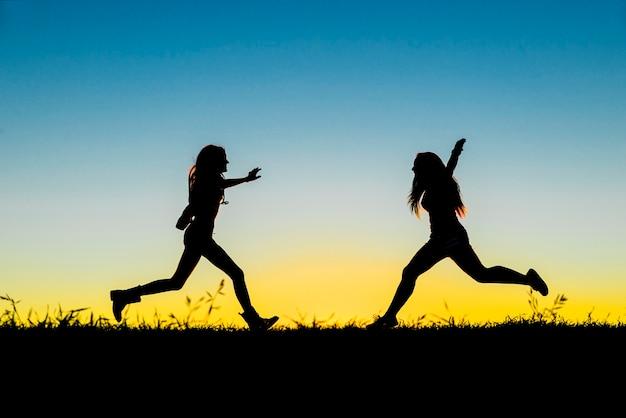 日没で楽しんでいる10代の友人。女性の友情の概念。