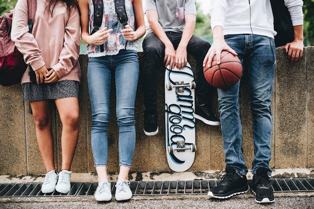 Друзья-подростки тусуются подряд
