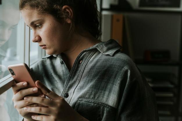 Ragazza adolescente vittima di bullismo sui social media