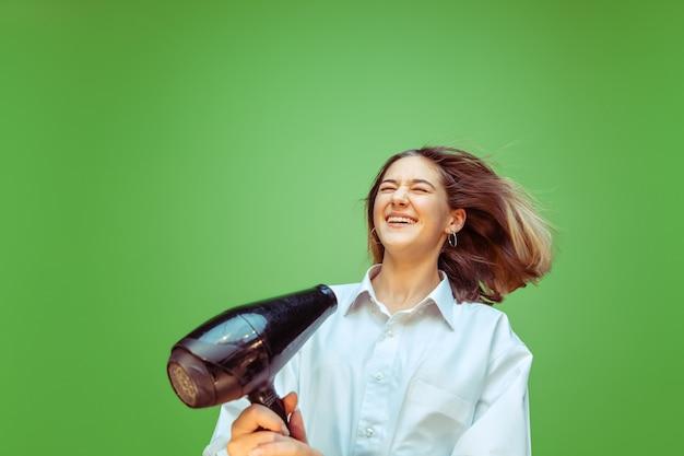 Девушка-подросток мечтает о профессии визажиста