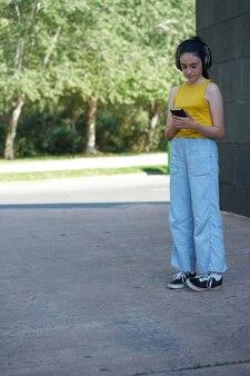 学校でテクノロジーを楽しんでいる10代の少女
