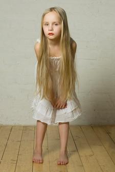 Девушка моды модель со светлыми волосами и красными губами